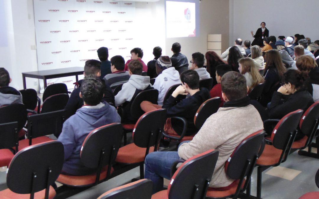 Estudantes da Medianeira visitam a VIASOFT